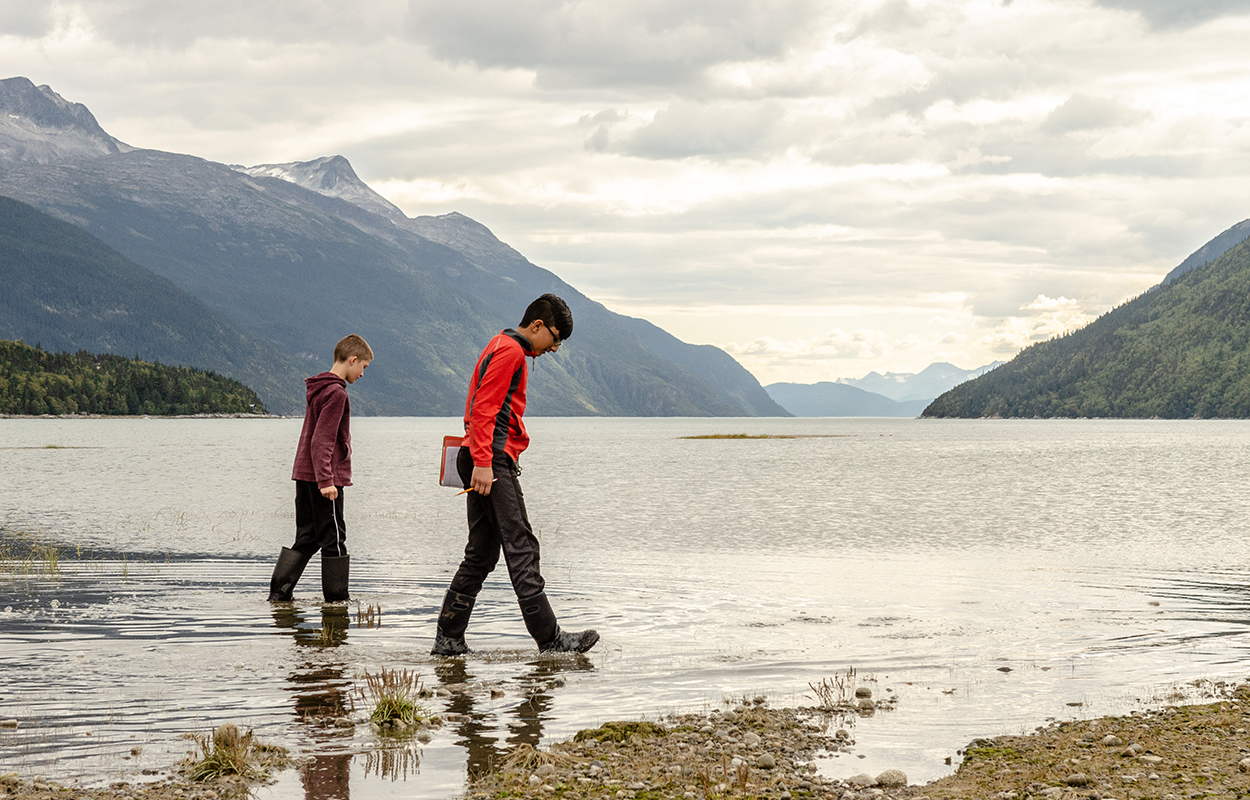 Kids walking on the edge of the lake