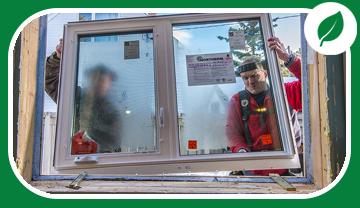 Deux hommes installent une fenêtre