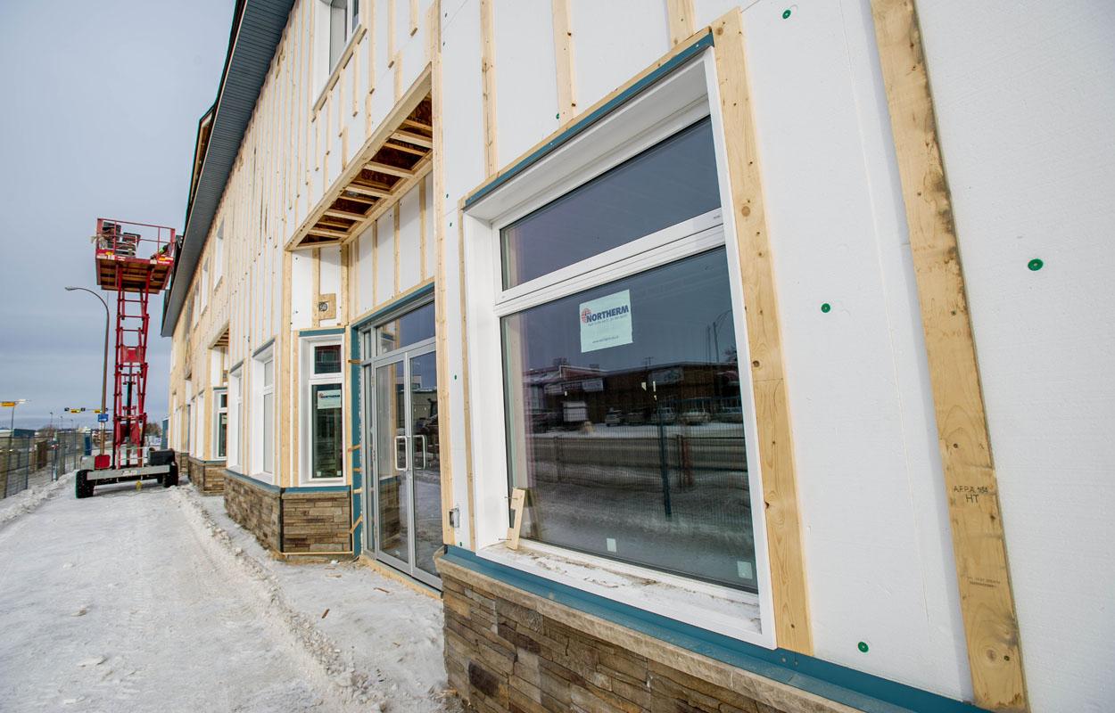 Mur extérieur isolé et nouvelles fenêtres d'un bâtiment en construction