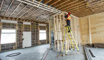 Travailleur dans une maison en construction