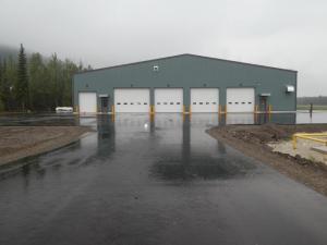 Les nouvelles installations d'entretien et la piste asphaltée de l'aéroport de Dawson