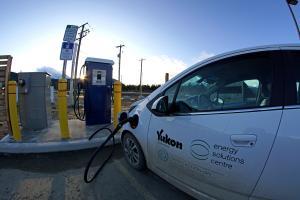 Une voiture électrique SPARKY du gouvernement du Yukon branchée à la première borne de recharge rapide à Carcross.