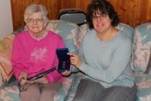 La commissaire Angélique Bernard remet la médaille à Jean Smeeton au nom de la gouverneure générale Julie Payette.