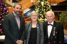 M. Sandy Silver, premier ministre, Mme Dale Stokes et M. Doug Phillips, commissaire, lors de la réception du Nouvel An 2018. Photo du gouvernement du Yukon.