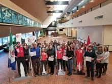 Tracy-Anne McPhee (ministre), Jeanie Dendys (ministre), Paolo Gallina (député) et des employés du GY posent avec des effigies des athlètes yukonnais Graham Nishikawa, Emily Nishikawa, Dahria Beatty et Knute Johnsgaard.
