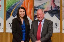 La ministre du Tourisme et de la Culture, Mme Jeanie Dendys, et le coprésident du Comité directeur de la stratégie de développement touristique du Yukon, M. Rich Thompson.