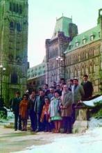 La délégation des Premières nations du Yukon devant le Parlement après avoir présenté le document Together Today for Our Children Tomorrow au premier ministre Pierre Elliott Trudeau. Tirée de la collection Judy Gingell (98/74, 1), Archives du Yukon