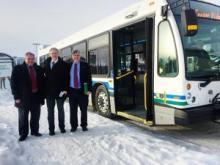 M. Dan Curtis, maire de Whitehorse, M. John Streicker, ministre des Services aux collectivités et M. Larry Bagnell, député du Yukon
